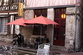 Devanture de couleur café à Rouen