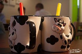 Zhenzhu naicha dans des tasses avec des vaches en relief dessus