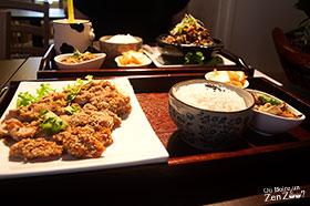 Plateau repas, avec entrée, riz et plat principal (poulet frit)