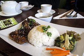 Poulet aux 3 verres avec accompagnement, riz et légume.