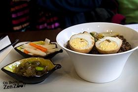 Porc mijoté sur riz, avec oeufs et accompagnement