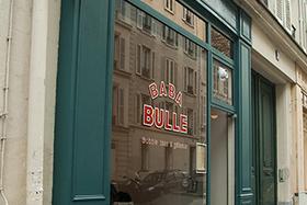 Devanture du Baba bulle, grande vitrine verte, avec ecrit baba bulle dessus