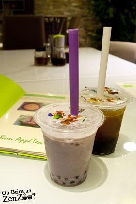 Zen Zoo au Taro (devant) et Lychee (derière) sur une table avec menu en arrière plan