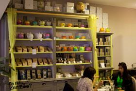 large varité de thé et infusion du monde avec leurs accessoire sur une étagère
